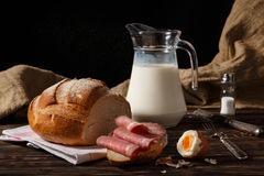 Lantlig frukost på en tabell Royaltyfri Fotografi