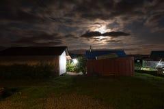 Lantlig gård i natten royaltyfria bilder