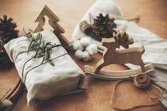Lantlig gåva för stilfull jul som slås in i linnetyg med gräsplan arkivfoton