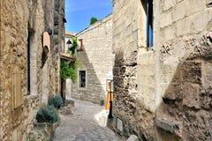 Lantlig gammal gata i Les Baux de Provence, Frankrike royaltyfria foton