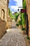 Lantlig gammal gata i Les Baux de Provence, sydliga Frankrike fotografering för bildbyråer