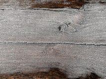 Lantlig gammal träbrädeyttersida under snöfrosthoar med ett tomt utrymme för text, bakgrund för vinterdesign fotografering för bildbyråer