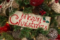 Lantlig glad jul undertecknar in trädet Fotografering för Bildbyråer