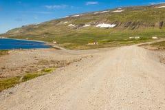 Lantlig grusrutt till den Unadsdalur byn - Island. royaltyfria bilder