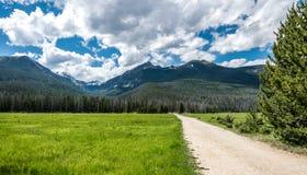lantlig grusväg Den pittoreska naturen av Rocky Mountains Colorado Förenta staterna Royaltyfri Bild