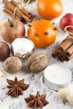 LANTLIG HEMLAGAD ADVENTGARNERING Prydnadbakgrund för glad jul fotografering för bildbyråer