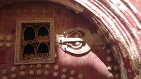 Lantlig historisk röd moroccan dörr Arkivbilder
