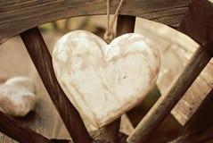 Lantlig hjärta på trähjulet Royaltyfri Foto