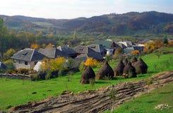Lantlig by i den Maramures regionen, Rumänien Fotografering för Bildbyråer