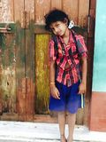 Lantlig indisk skolaflickastående royaltyfri foto