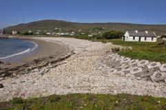 Lantlig ireland strandframdel, med huset Arkivfoto