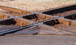Lantlig järnväg korsning slut upp Arkivfoton