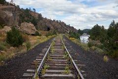 Lantlig järnväg linje längs Arkansaset River Arkivbilder
