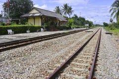 Lantlig järnvägsstation i sydliga Thailand arkivfoto