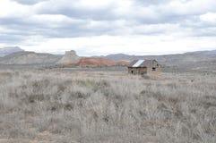 Lantlig journalkabin i ett Utah fält Royaltyfri Bild