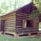 Lantlig kabin i det gamla historiskt för trän Royaltyfria Foton