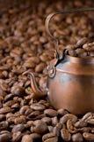 Lantlig kaffekruka med kaffebönor Royaltyfria Bilder