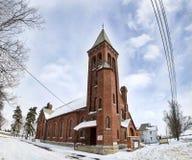 Lantlig kyrka i snön Royaltyfria Bilder