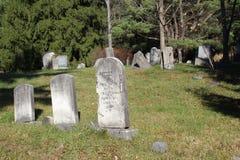 Lantlig kyrkogård för gammal backe Arkivbild