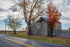 Lantlig ladugård längs vägen Arkivfoto