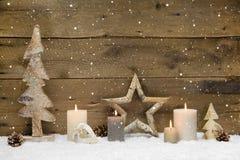 Lantlig landsbakgrund - trä - med stearinljus och snöflingor f Royaltyfria Bilder