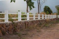Lantlig lantgård för vitbetongstaket royaltyfri bild