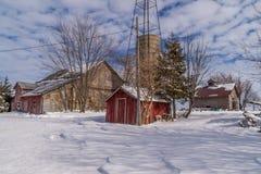 Lantlig lantgårdplats i snön Arkivfoton