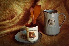 lantlig livstid style fortfarande Med bruket av keramisk bordsservis och träbestick Ferieskörd i nedgången royaltyfri foto