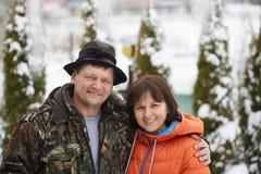 Lantlig man och kvinna Stående av en gift par royaltyfri fotografi