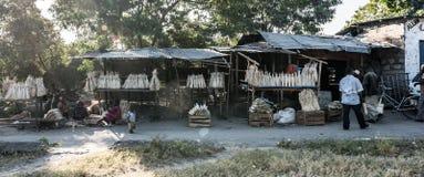 Lantlig marknad i zanzibar, Tanzania, folk som säljer allt Arkivbild