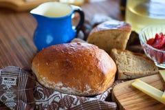 Lantlig matbakgrund med bröd, frukt och blåtttillbringaren Royaltyfri Bild