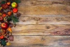 Lantlig nedgångdekor med pumpa, äpplen och kottar Fotografering för Bildbyråer