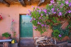 Lantlig och färgrik ingång i den Amantani ön, sjö Titicaca, Fotografering för Bildbyråer