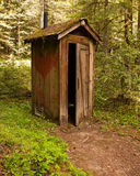 lantlig outhouse royaltyfri foto
