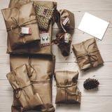 Lantlig pappers- bästa sikt för gåvaaskar julgåvor med etiketter a Arkivfoton
