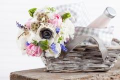 Lantlig picknickkorg med blommor Royaltyfria Bilder