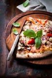 Lantlig pizza som överträffas med ny basilika Fotografering för Bildbyråer