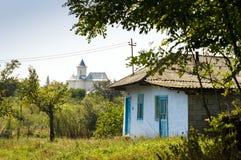 Lantlig plats med huset och kyrkan överst av kullen i Moldavien Royaltyfri Bild