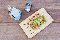 Lantlig presentation av gourmet- bruschettamål med smaktillsatser a fotografering för bildbyråer