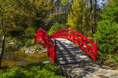 Lantlig röd bro Royaltyfri Foto
