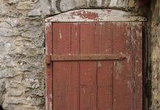 Lantlig röd dörr Arkivbilder