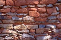 Lantlig röd stenvägg Arkivbild