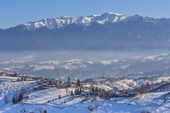 Lantlig sikt för vinter med berg Royaltyfria Bilder