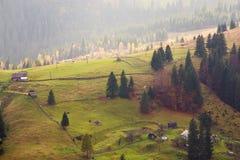 Lantlig sikt på solig by för berg Royaltyfri Foto