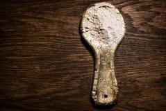 Lantlig sked för stiliserad gammal lera Keramisk sked med mjöl på en wo Royaltyfri Bild