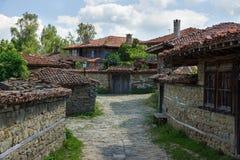 Lantlig slingrig gata i Balkansna Fotografering för Bildbyråer