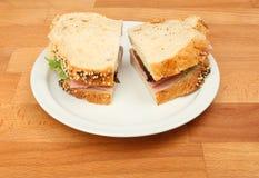 lantlig smörgås för skinka Arkivfoto