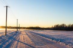 Lantlig snöväg i den baltiska vintern royaltyfri fotografi