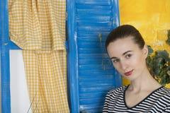 Lantlig stående av en ung kvinna Arkivbilder