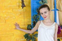 Lantlig stående av en ung kvinna Fotografering för Bildbyråer